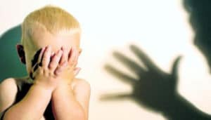 مراقبة الأطفال مع الخدم